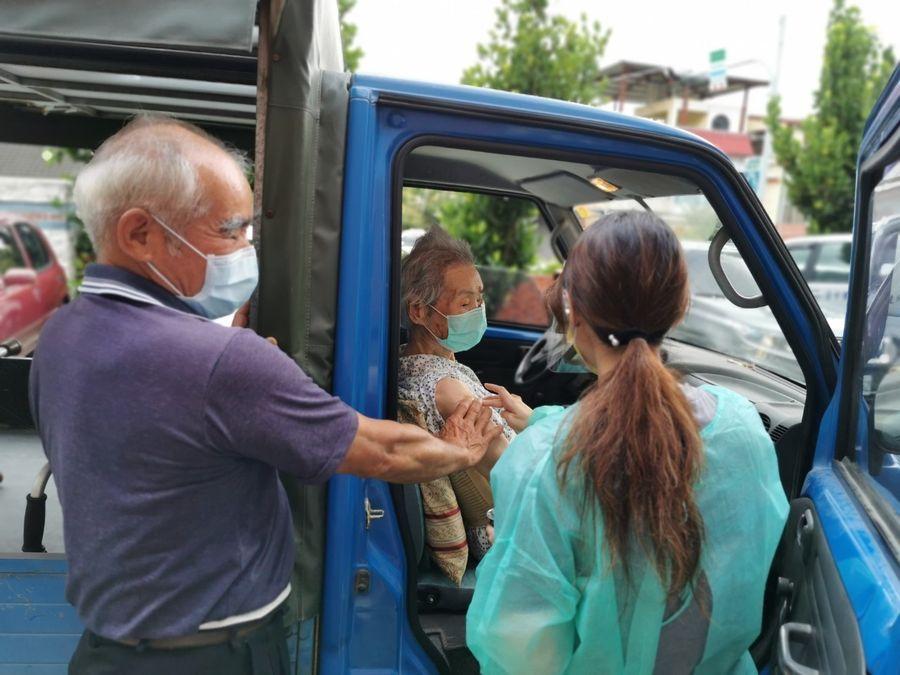 台中長輩車內打疫苗 盧秀燕:疫情中看見人性光輝