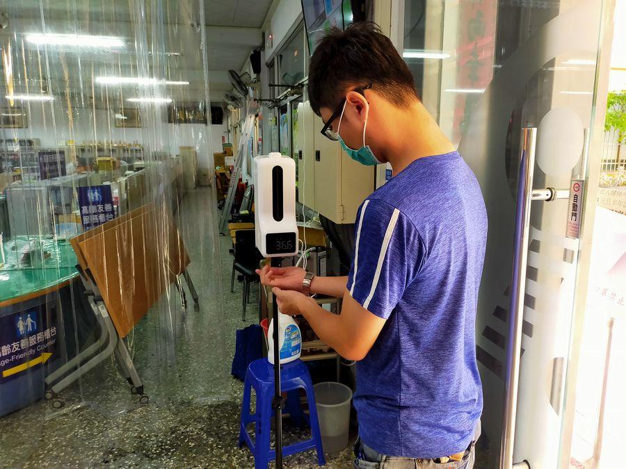 防疫配備再升級 太平區勤益里長馮耀祖捐自動感洗手機