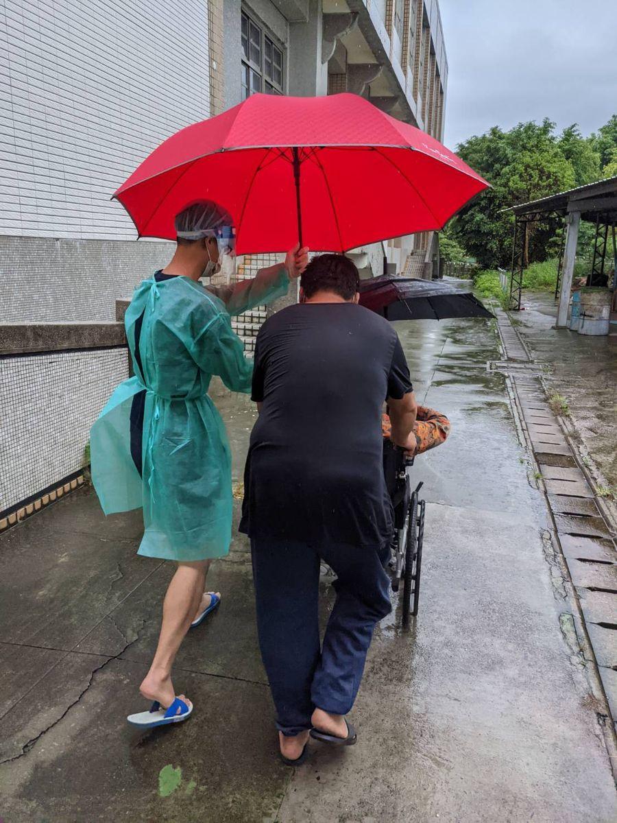 長輩疫苗接種碰上下雨 快打站幫忙撐傘、鋪紅毯很貼心
