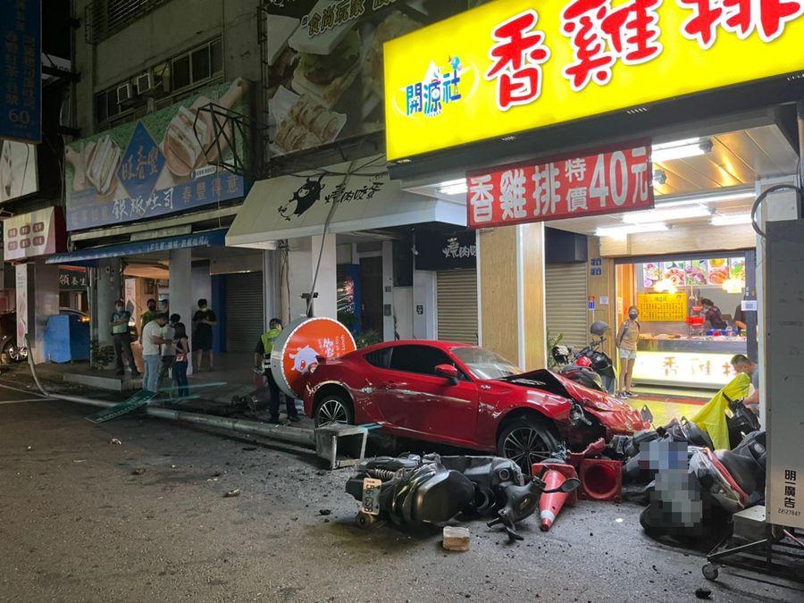 男子逆向開車  撞倒店家招牌和多部機車