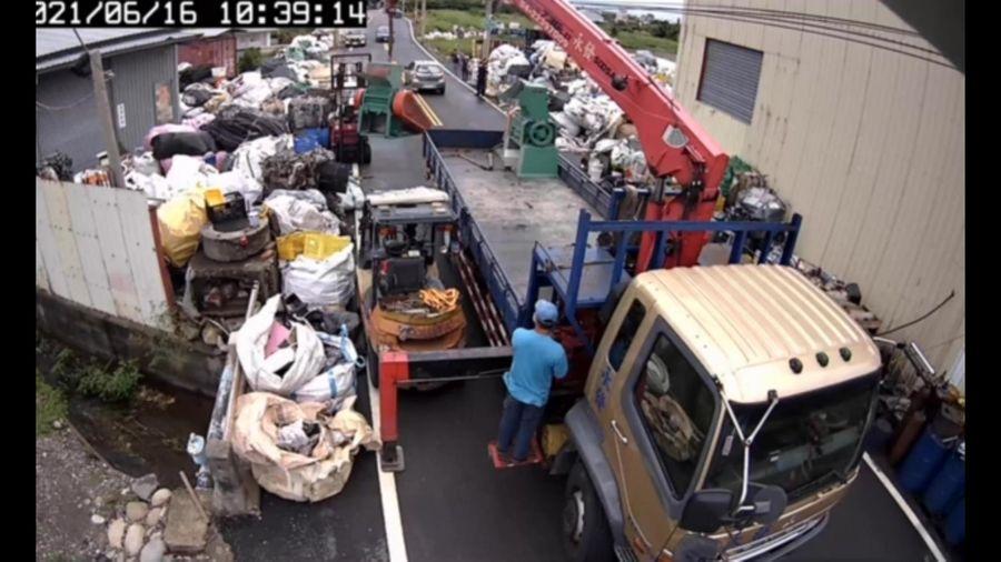 大甲文曲路違章工廠廢棄物佔用道路及民地 業者遭拘提
