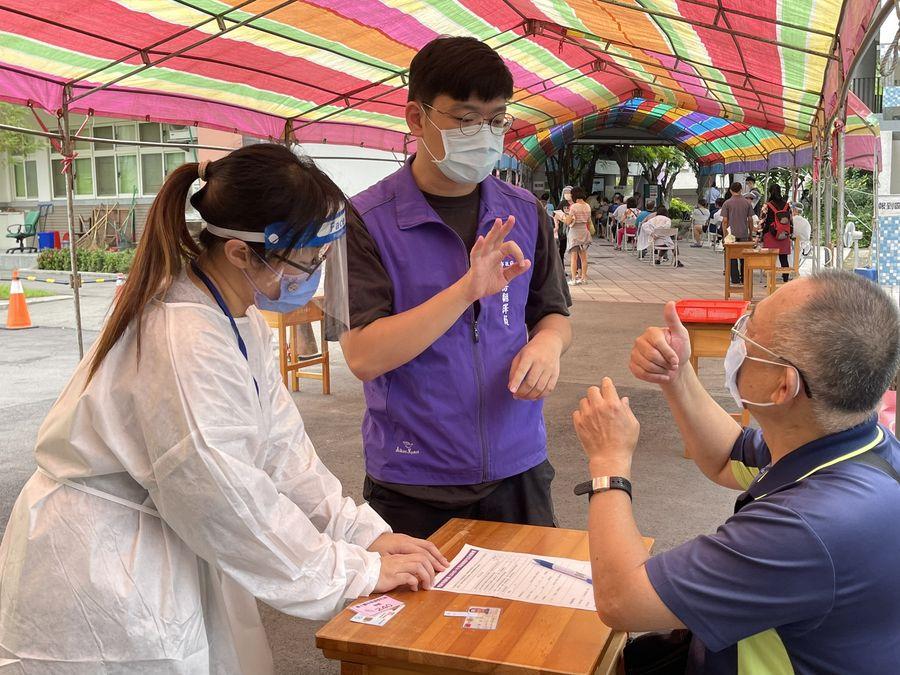 北區疫苗快打站手語翻譯助施打   身障市民大讚揪甘心