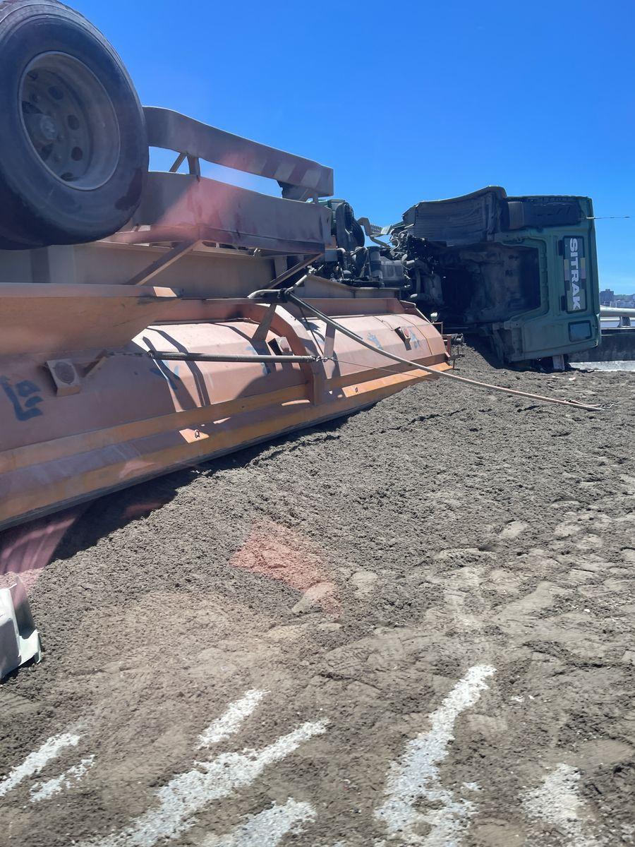 台74線西屯段砂石車翻覆  司機輕傷