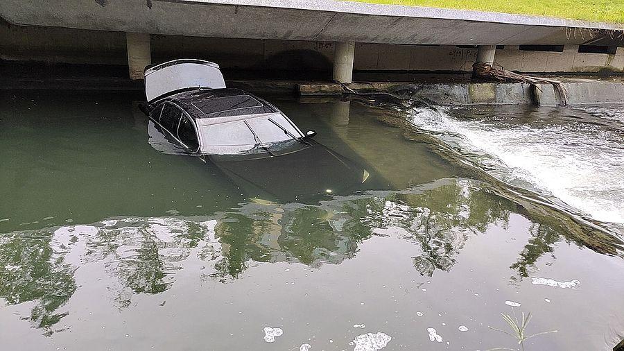 賓士車清晨不明原因衝進柳川 駕駛疑棄車落跑